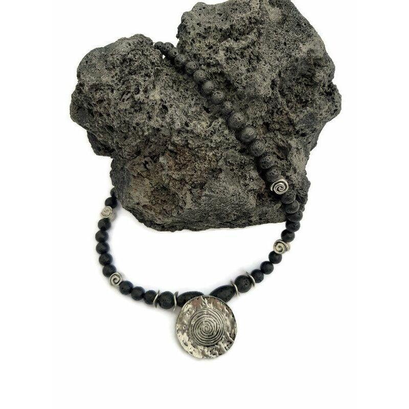 Rövid ásvány nyaklánc medállal: Lávakő