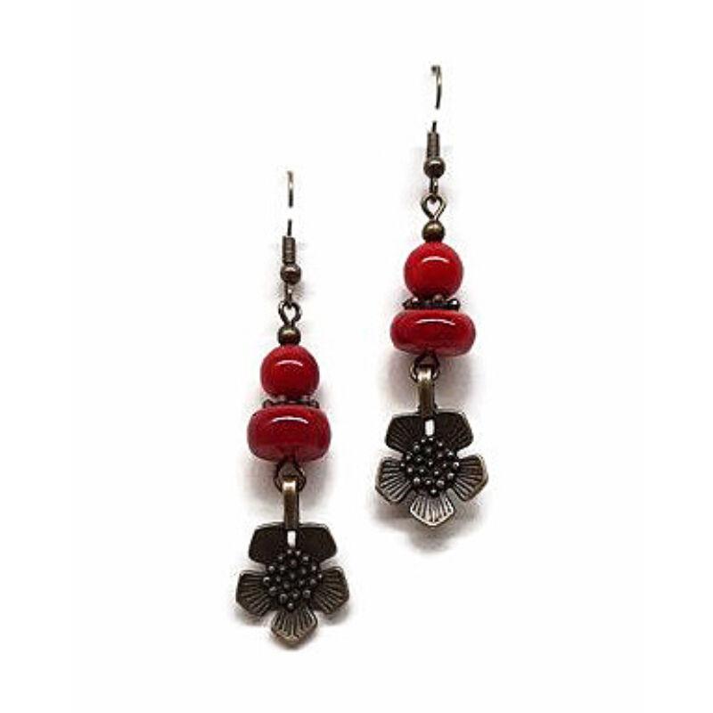 A piros hatalma: ásvány fülbevaló virággal